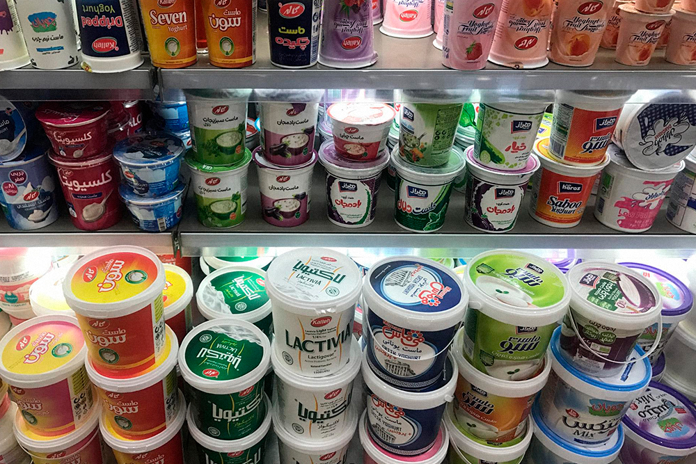 Йогурты продаются в огромных банках по литру и больше. Семьи в Иране большие, а йогурт едят все. Распространены йогурты с овощными вкусами, например с огурцом, луком, баклажаном. Сладкийже йогурт найти непросто