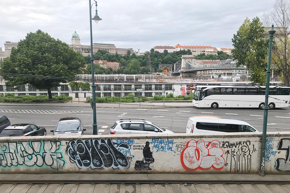 Граффити в центре города с изображением бездомного с чемоданом и подписью Made in crisis