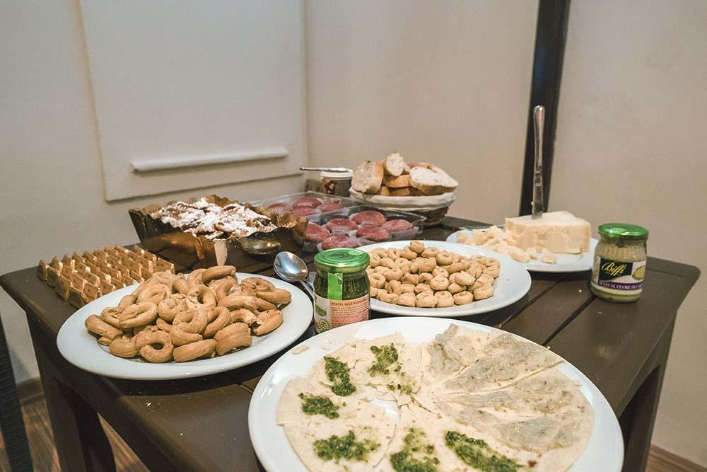 Итальянский стол с вечера знакомства: пармезан, песто и огромное количество выпечки из разных регионов Италии. Фото: Edoardo Montaccini