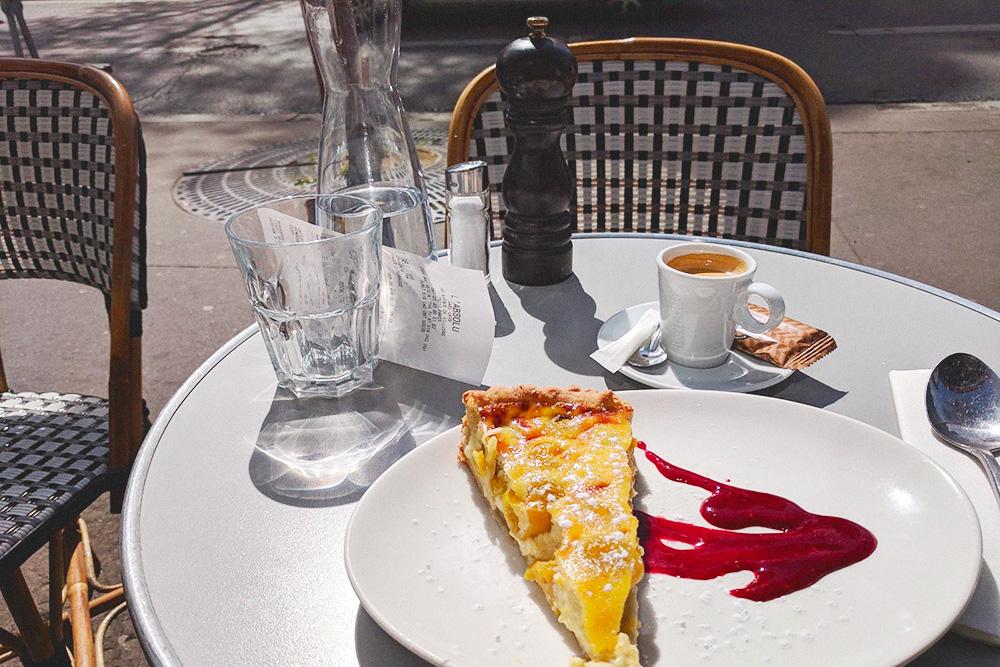 Мой обед — ригатони с соусом арабьата, домашний тарт со сливой мирабель и эспрессо. Все вместе стоило 16,9€ (1200рублей), хлеб и вода — бесплатно. Было вкусно