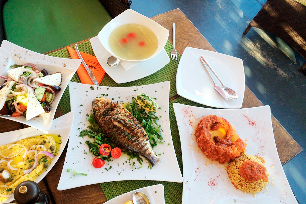 Типичный греческий стол: рыбный суп, рыба на гриле, щупальца осьминога, гороховый пудинг и греческий салат. Такой набор блюд в ресторане на побережье стоил 65€