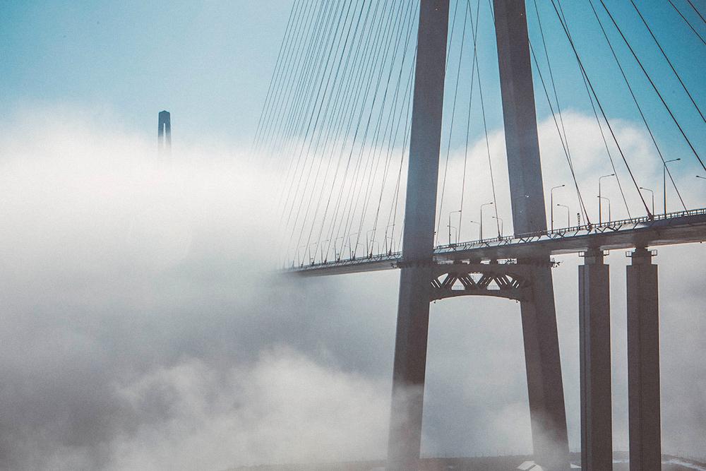 Туман «сжирает» Русский мост. Такая погода во Владивостоке стоит весь июнь. Фото: Shutterstock