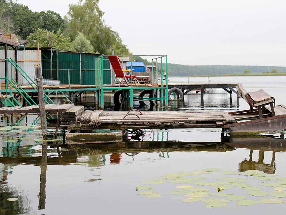 Пирсы на берегу водохранилища в дачном поселке Рыбачий
