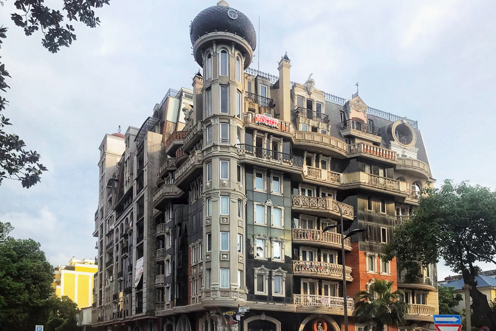 Аренда двухкомнатной квартиры площадью 40&nbsp;м&sup2; в&nbsp;элитном доме у&nbsp;моря обходится Юлии в&nbsp;400&nbsp;$ (29&nbsp;885&nbsp;<span class=ruble>Р</span>) в&nbsp;месяц. Зимой можно найти подобное жилье и&nbsp;за&nbsp;19&nbsp;тысяч рублей