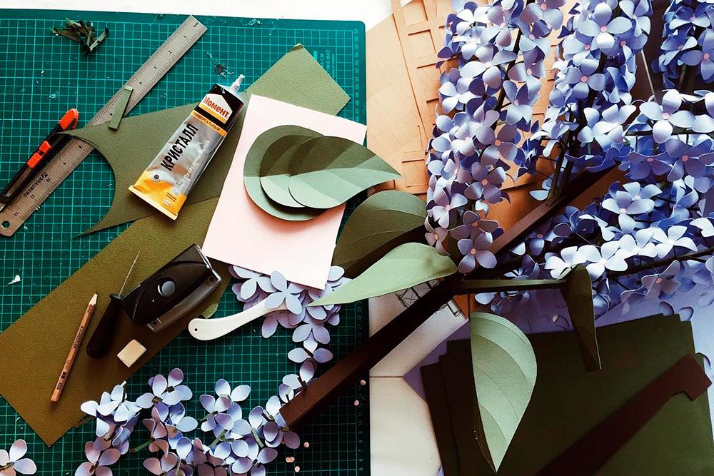 В работе часто используют специальный непрорезаемый мат для резки и шило для биговки — нанесения линий сгиба (например, жилки на бумажных листиках)