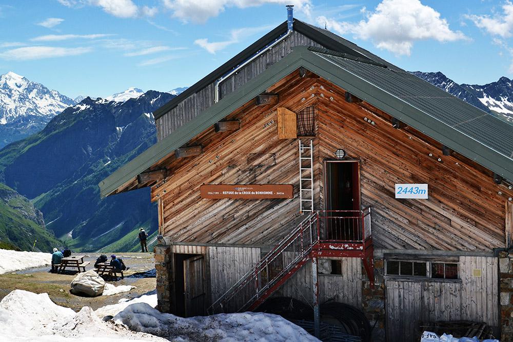 Refuge de la Croix du Bonhomme на высоте 2443 м всегда переполнен. Места лучше бронировать до 8 июня, когда открывается сезон