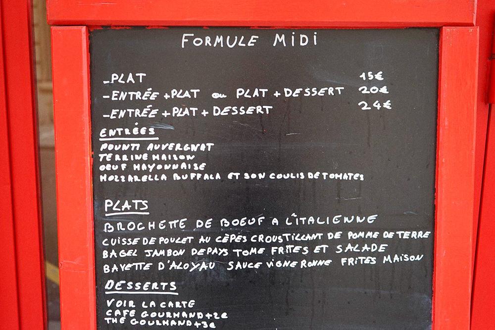 Цена ланча формюль варьируется в зависимости от состава. Например, один стейк в винном соусе с домашним картофелем фри в бистро Les Envies обойдется в 15€ (1065 рублей), а полноценный обед из трех блюд — стейка, моцареллы с томатами и десерта — 24€ (1704рубля)