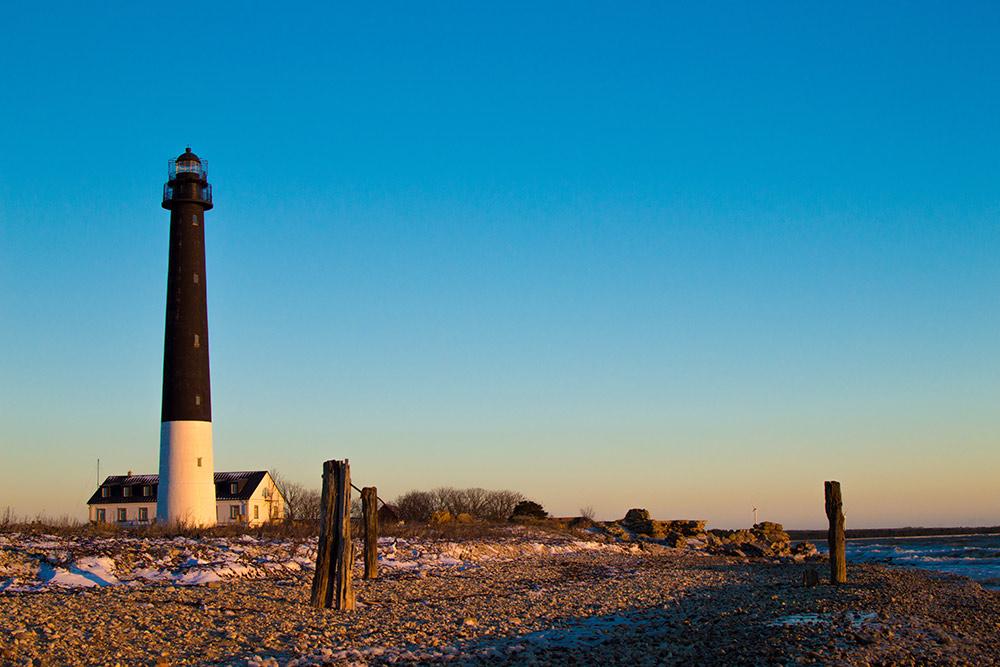 На маяк Сырве мы приехали в 9 утра и встретили рассвет на берегу моря
