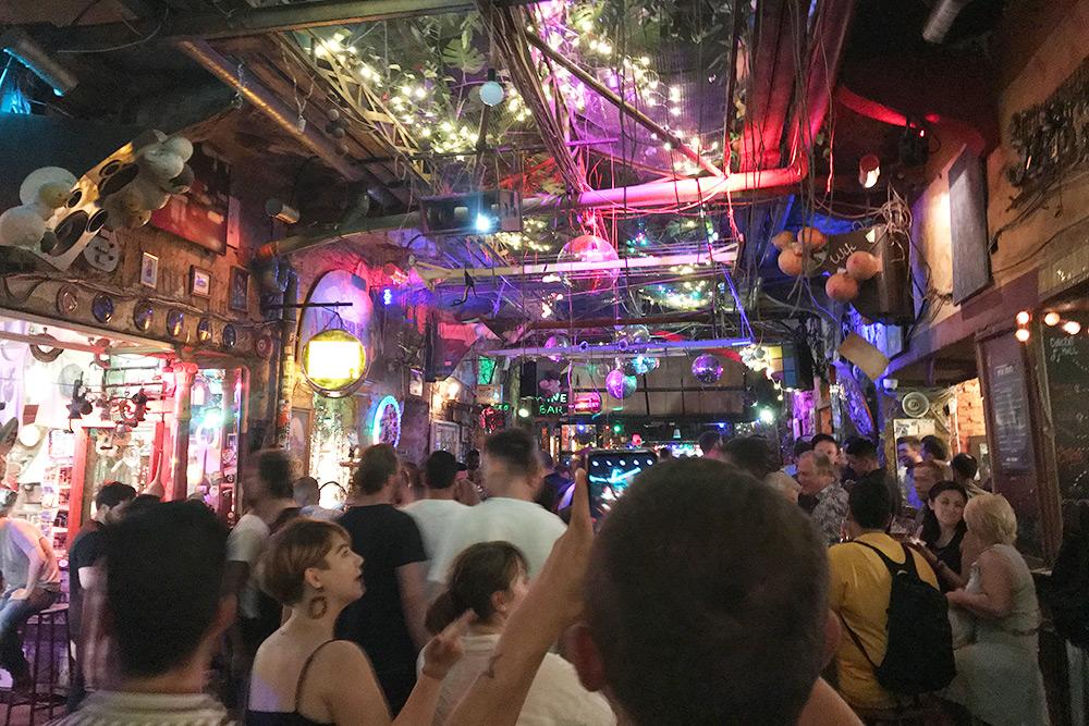 «Симпла» занимает целый двухэтажный дом. В его комнатах расположились бары, сцены, танцполы и кальянные