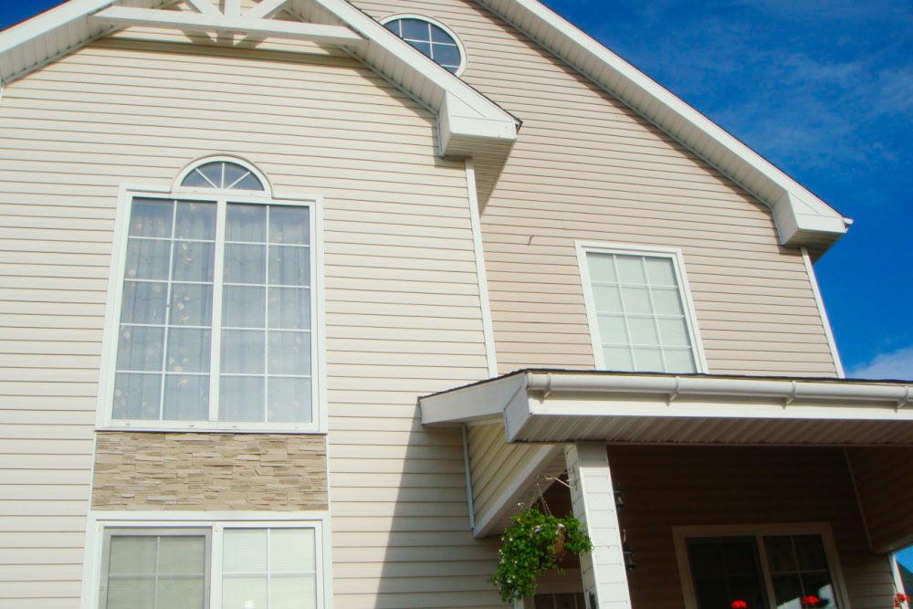 Дом целиком сфотографировать сложно, потому что он большой, а участок всего 8 соток. Вокруг забор и соседние дома