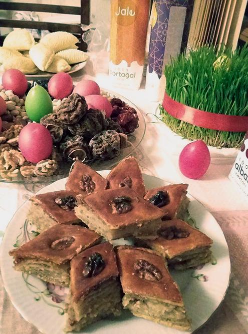 Сладости на празднике Новруз: на переднем плане бакинская пахлава, на заднем — шекербура
