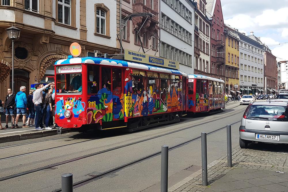 «Сидр-экспресс» (Ebbelwei-Expreß) — это особый маршрут, охватывающий основные достопримечательности Франкфурта. На борту угощают традиционным местным напитком — яблочным вином. Билет на такой трамвай стоит 8€ (560<span class=ruble>Р</span>), включая напиток