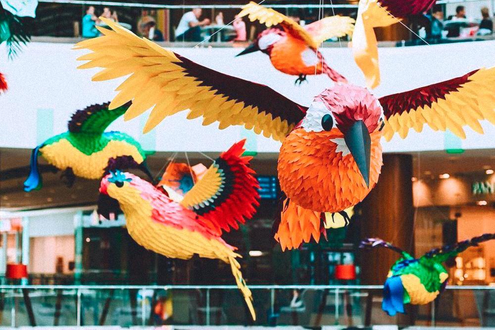 Эти птицы задумывались как летнее оформление 2018 года в ТЦ «Акварель». Они так понравились заказчику, что их почистили, обновили и вернули этой весной. Это был один из самых масштабных проектов: размер птиц от 1,5 до 2 метров, сделать таких нужно было больше 50. Над заказом трудилось 13 человек, работа заняла полтора месяца. За проект студии заплатили 800 тысяч рублей
