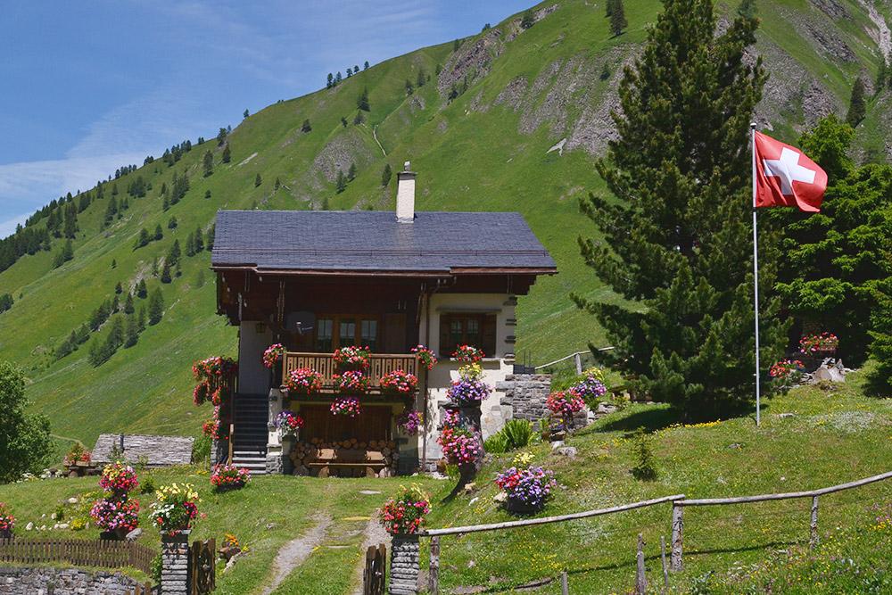 Гестхаус в Швейцарии. Мы бы с удовольствием остановились в этом милом домике, но бюджет не позволял. Двухместный номер стоит от 100€ (7442<span class=ruble>Р</span>) за ночь
