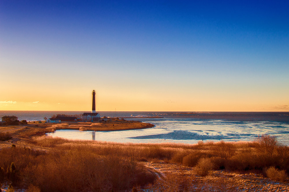 Вид с военной вышки на маяк и полуостров Сырве