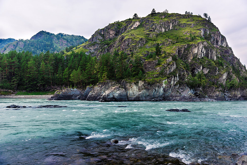Скалы на реке Чемал недалеко от местной ГЭС. Фото: Елена Симакова
