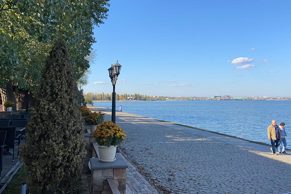 Вид на Пушкинскую набережную с террасы кафе «Альбатрос». Мне нравится гулять здесь днем, когда никто не отвлекает от созерцания моря