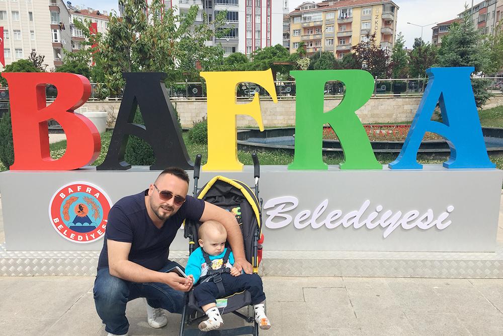 Муж с ребенком в Бафре на Площади имени погибших 15 июля