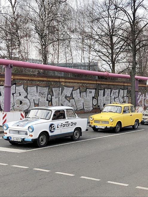 От времени, когда Берлин был разделен стеной на Восточный и Западный, остались лишь памятники и худшие в мире автомобили — «Трабанты», которые можно арендовать на час