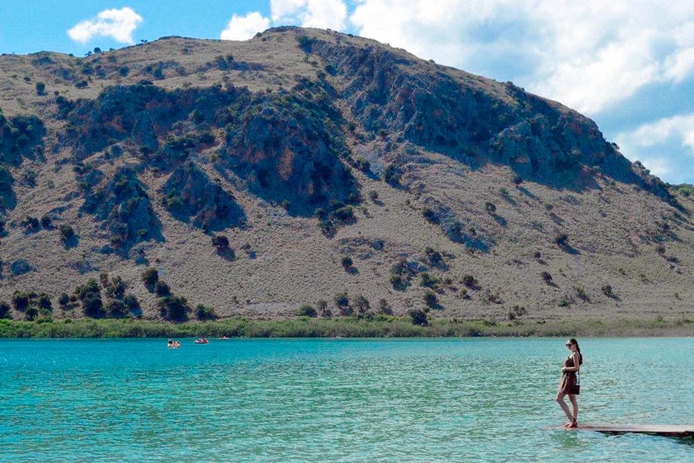 Я на критском озере Курнас в начале мая. Там чистейшая пресная вода, в которой живут огромные черепахи