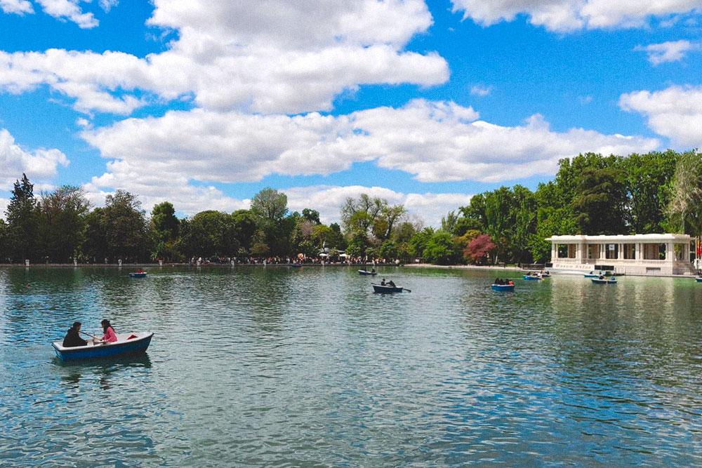 По пруду парка можно прокатиться на лодке. Я даже не узнавал цены: гораздо комфортнее сидеть на берегу, в тени деревьев у монумента АльфонсоXII