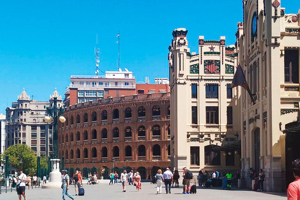 Рядом с ареной находится Северный вокзал Валенсии. По его фасаду тянутся декоративные зеленые ветки, украшенные апельсинами. Внутри — декор из дерева, стекла и керамики
