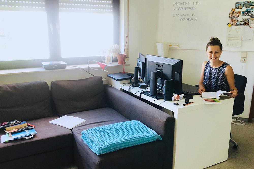 Моя комната минималистична в плане мебели, но зато идеальна дляучебы, а наличие двух экранов позволяет читать статьи и писать диплом одновременно