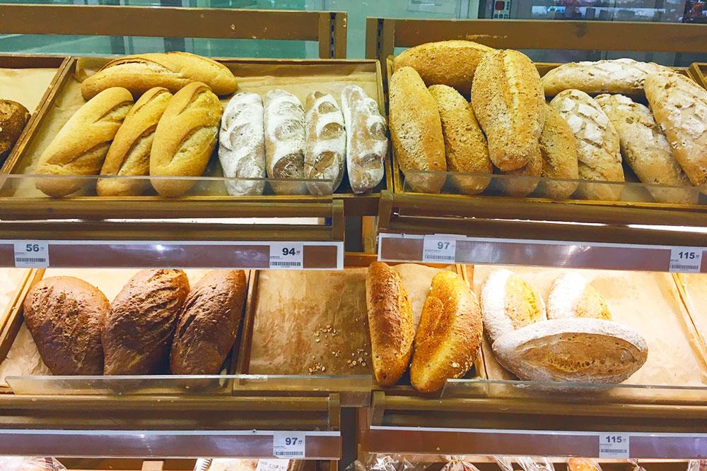 Одна из вещей, по которым я больше всего скучаю на Самуи, — это вкусный дешевый хлеб. Тут самая простая булка стоит от 56 ฿ (112<span class=ruble>Р</span>)