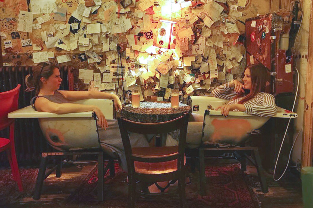 Несмотря на тусклый свет, старую мебель и исписанные стены, в руин-баре «Чендеш» чувствуешь себя вполне комфортно. Особенно когда сидишь в распиленной ванне