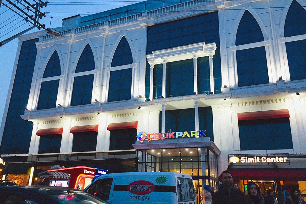 Типичный для российских городов пятиэтажный торговый центр в Бафре появился только в 2015 году