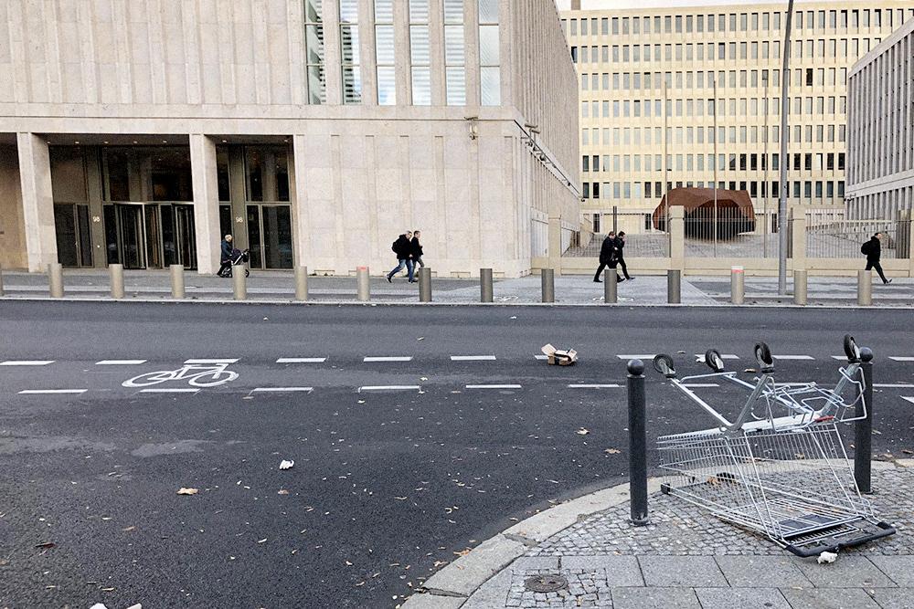 Утром 1 января. Здание на фоне — BND, служба внешней разведки Германии. Фотографировать здание запрещено, но сюда их руки не дотянутся