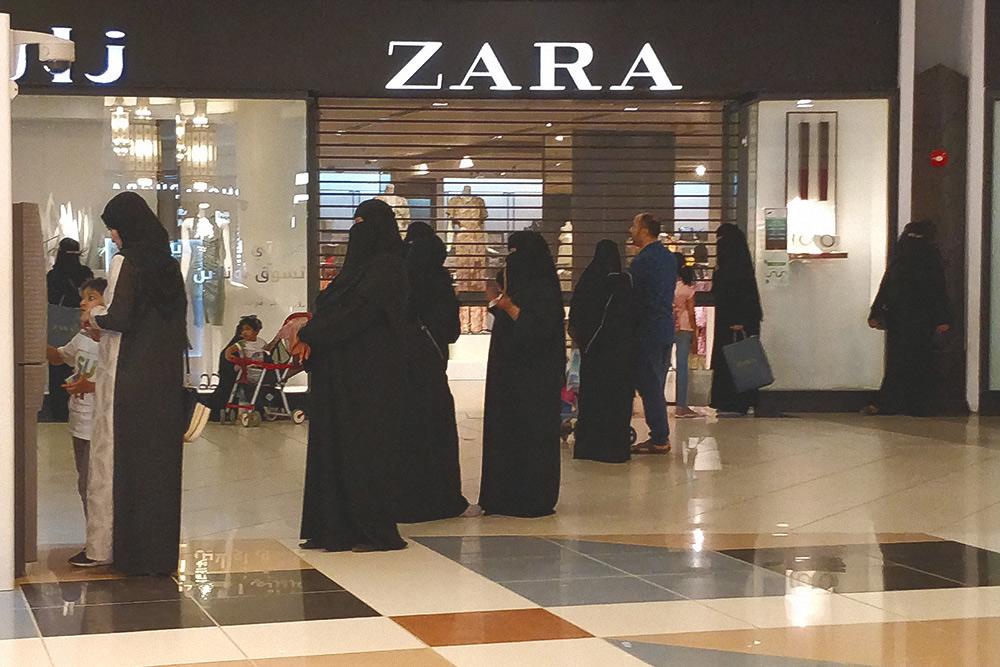 Большинство местных женщин продолжают носить черные абайи и никабы