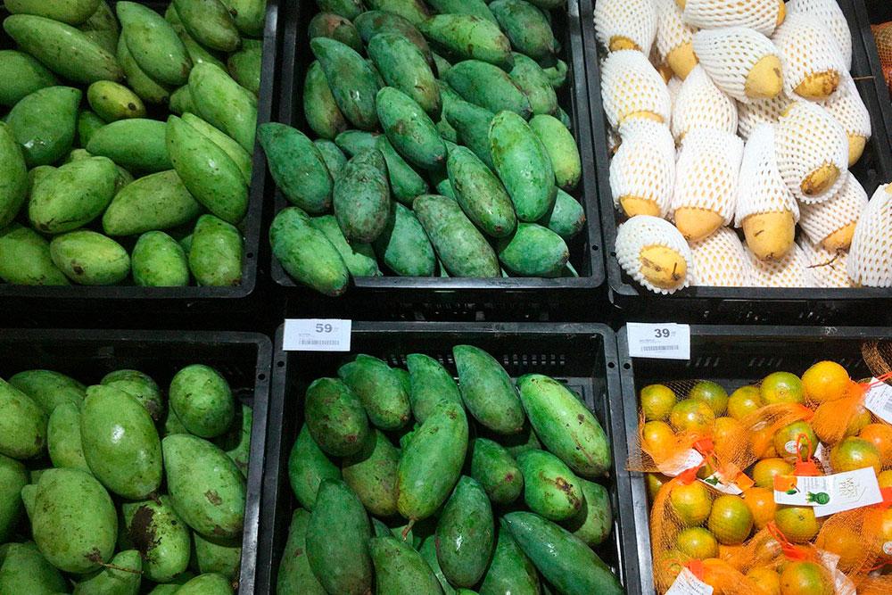 Зеленые манго тоже сладкие, но нужно выбирать мягкие плоды