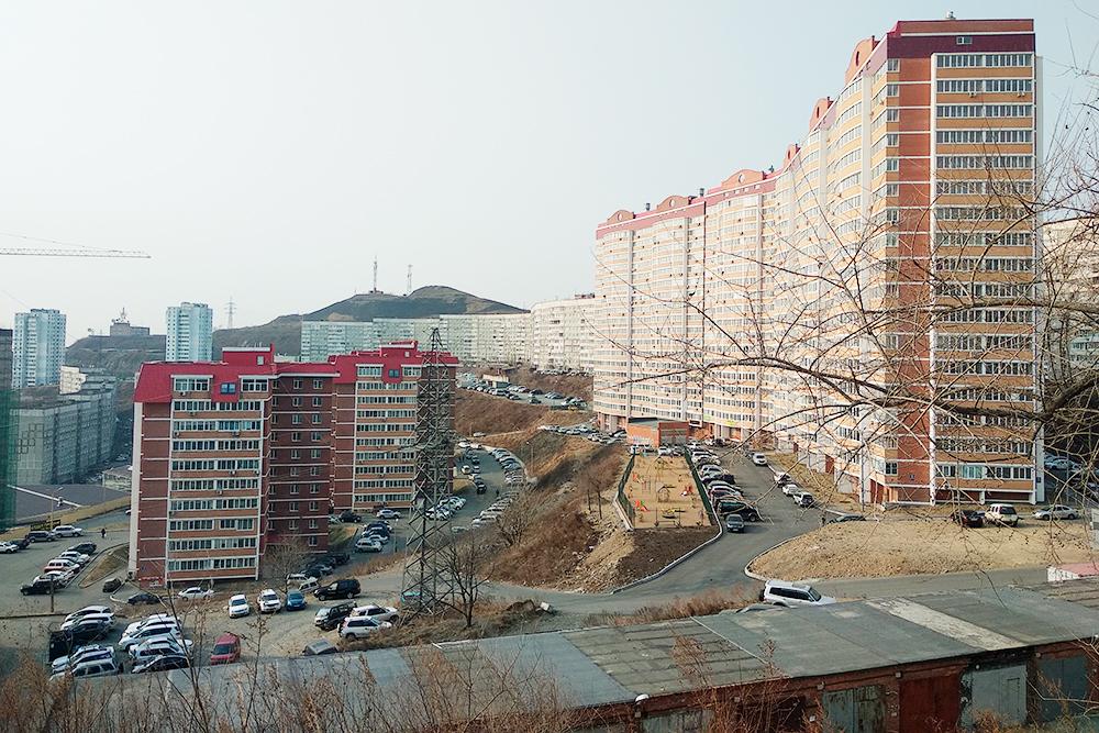 Спальные микрорайоны во Владивостоке выглядят уныло. Это еще неплохой вид, потому что не видны страшные гаражи