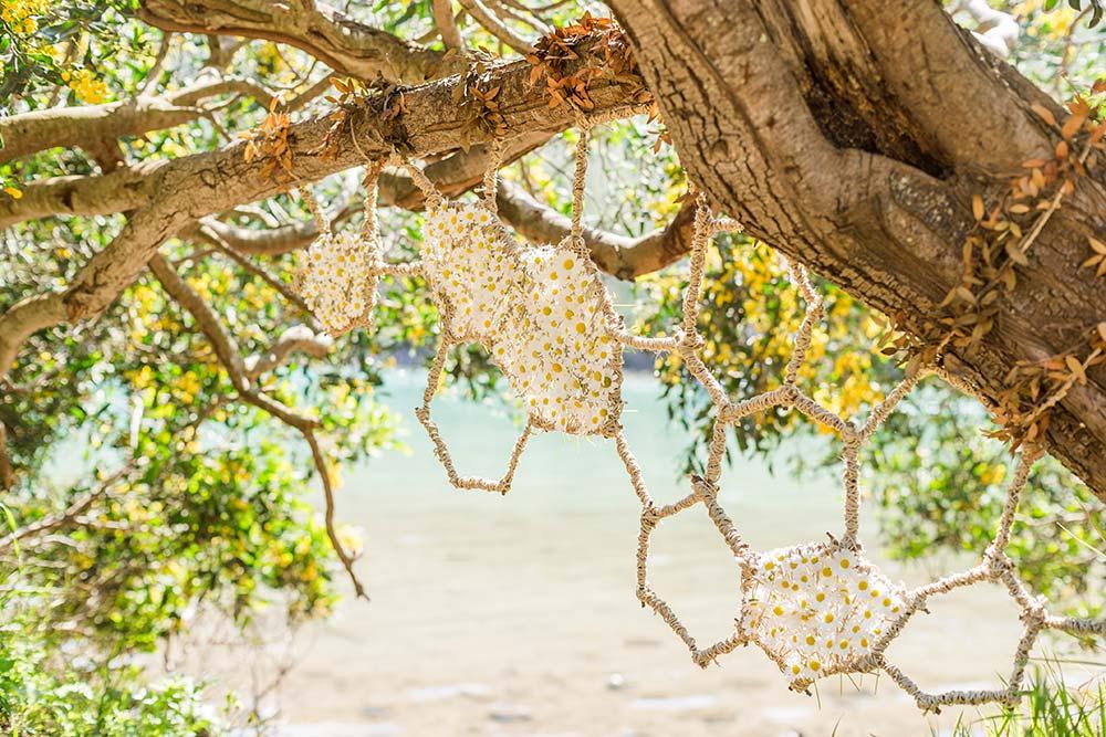Один из арт-объектов нашей волонтерской команды — «соты», заполненные ромашками. Фото: Edoardo Montaccini