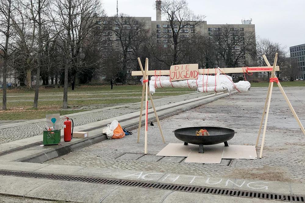 Порядок должен быть во всем. Во время демонстрации против угольных электростанций протестующие решили спалить символическое молодое поколение. Рядом, разумеется, стоит огнетушитель: мало ли что