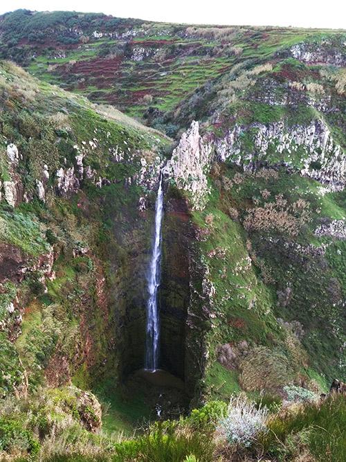 От маяка до водопада Garganta Funda пешком 40 минут. На русский язык название водопада переводится как «Глубокая Глотка»