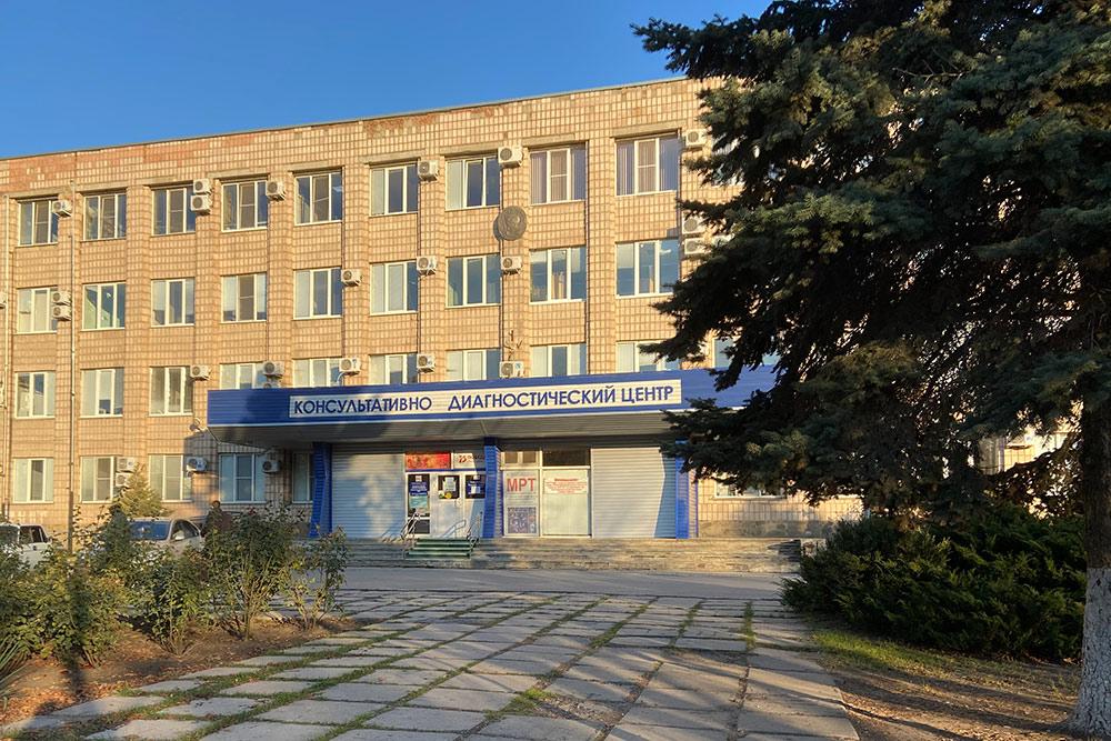 Диагностический центр на улице Дзержинского. Сюда направляют на обследование пациентов государственных поликлиник, поэтому здесь всегда очереди. Записываться нужно заранее — даже если платишь, все равно придется ждать