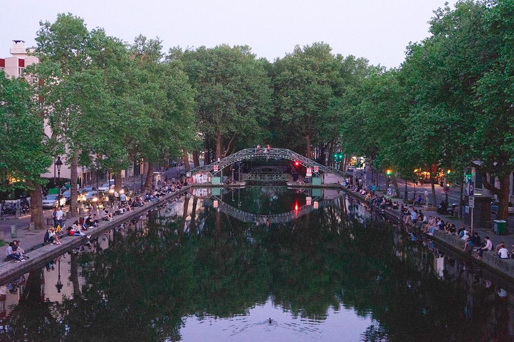 Летом на набережной канала Сен-Мартен плотно рассаживаются парижане и устраивают пикники