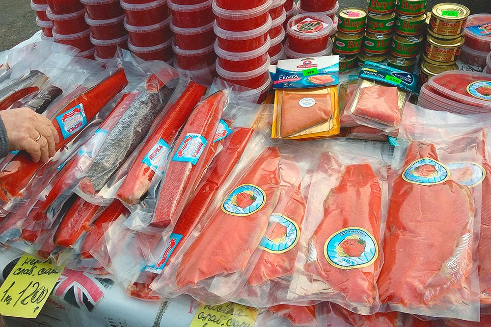 Рыба и икра дорогие: 200г лососевой икры — 450рублей, 200г подкопченной семги — 450рублей, 1кг варено-мороженых креветок — 600рублей
