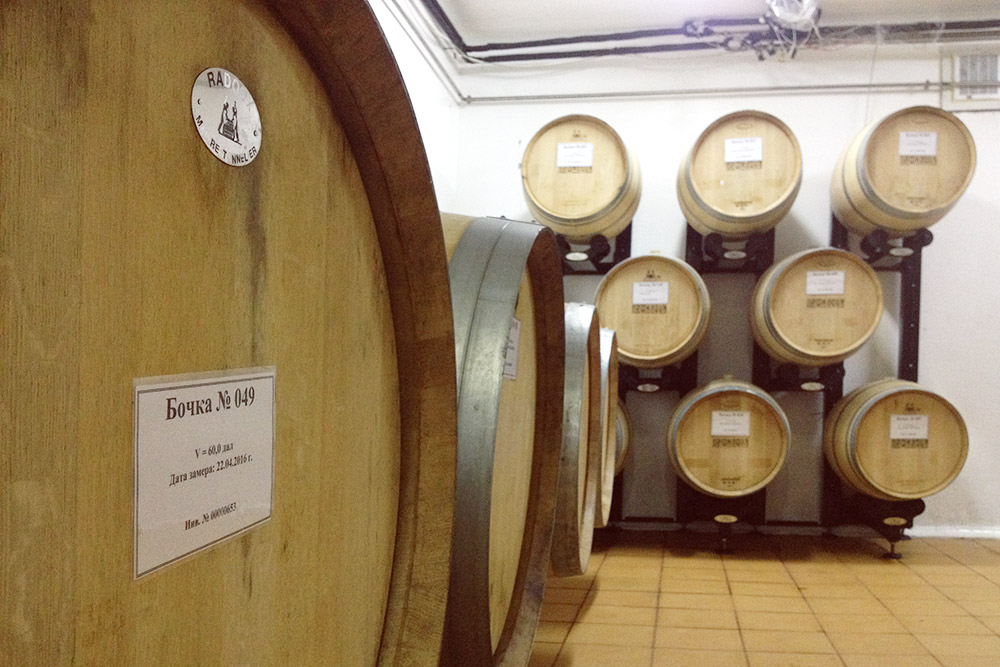 Вино выдерживают в дубовых или стальных бочках