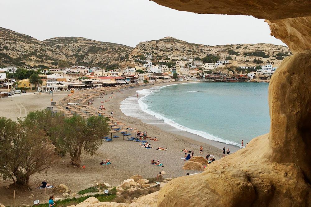 Такой вид на пляж открывается из пещер