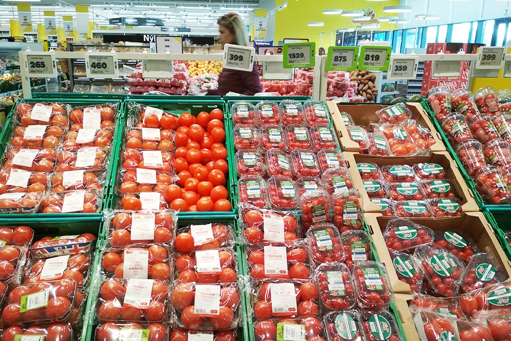 250 г привозных черри стоит 1529kr (798рублей). Рядом лежат исландские помидоры за 399kr (208рублей). На вкус они как обычные черри