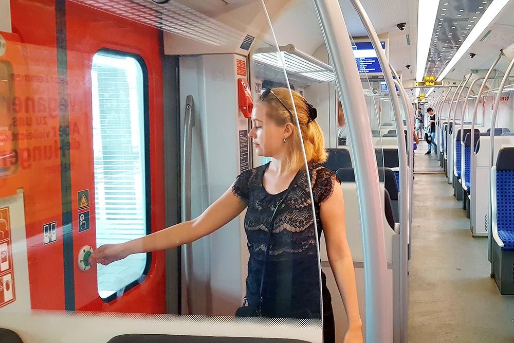 Это я в вагоне наземного метро — S-Bahn. Двери в нем открываются, только если нажать на специальную кнопку