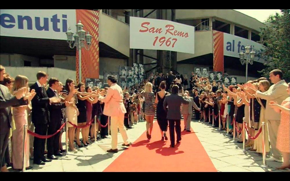 Кадр из сериала. Массовка играет гостей фестиваля на красной дорожке, зрителей и папарацци. Источник: ivi.ru