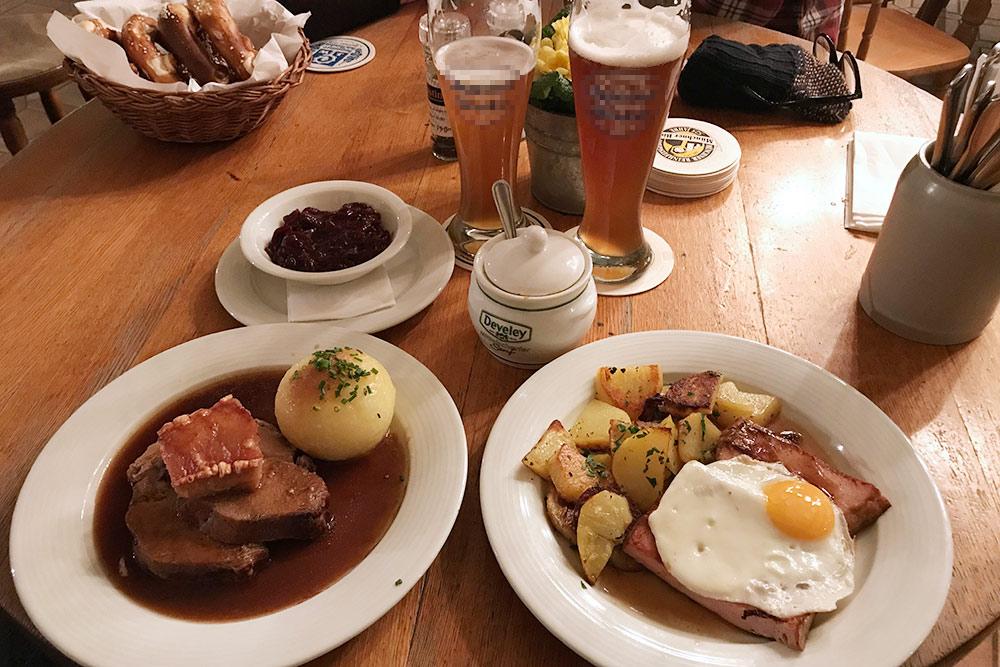 В классической баварской пивной горячее блюдо с гарниром стоит от 9,50€&nbsp;(847<span class=ruble>Р</span>) до 12€&nbsp;(1 070<span class=ruble>Р</span>). Порции действительно немаленькие, а беспроигрышное сочетание мяса с картошкой не даст остаться голодным