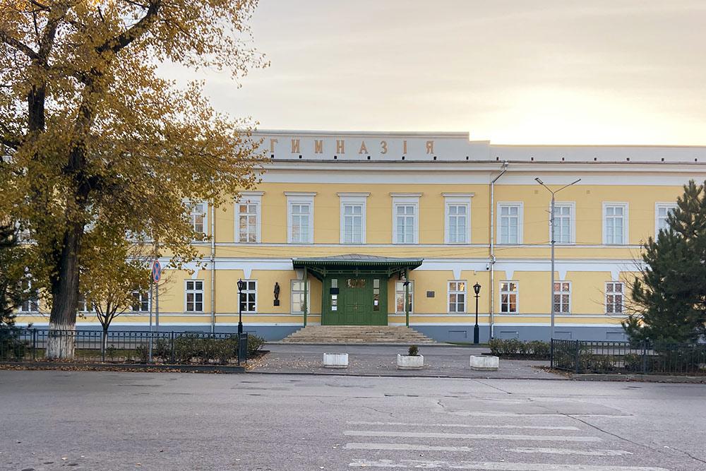 В чеховской гимназии есть небольшой музей знаменитого писателя. Сохранился класс, где учился Антон Павлович
