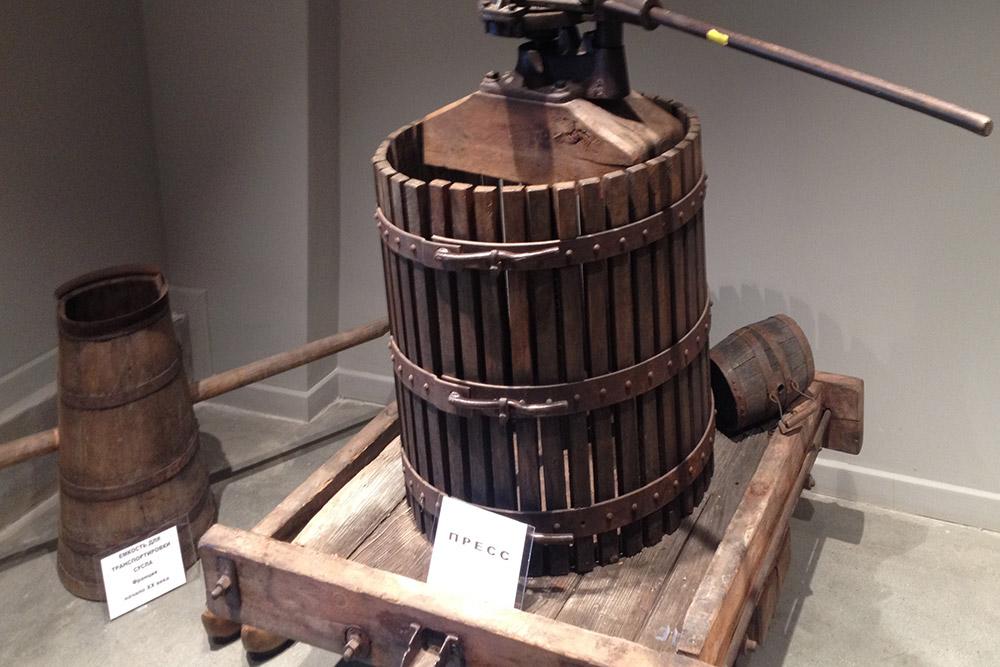 Старый пресс для винограда в музее «Лефкадии»