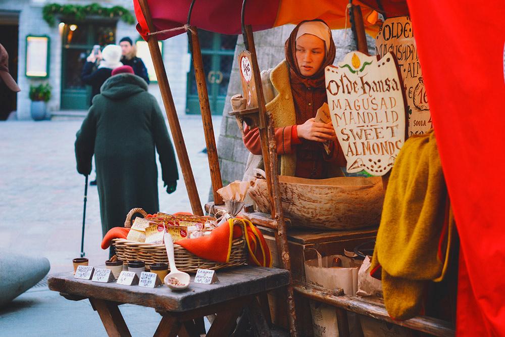 Палатки с орехами похожи на телеги, а продавцы — на средневековых торговцев