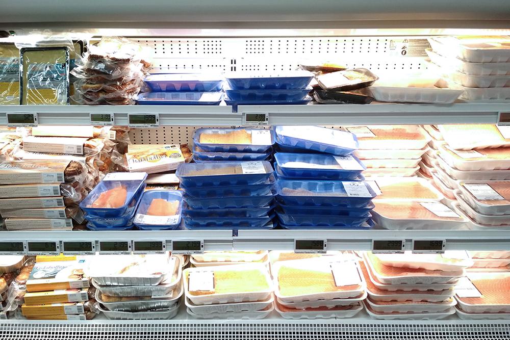 Рыба дороговата длястраны рыболовов: 250г стоит 2200kr (1148 рублей). В основном продают треску